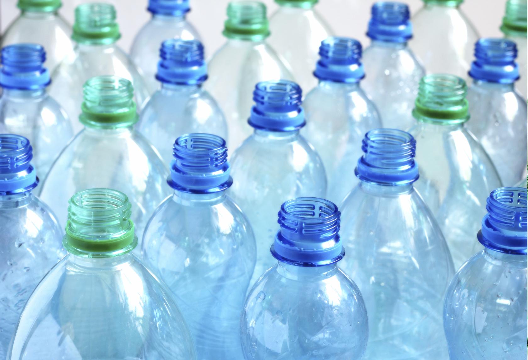 Is het echt ongezond om plastic waterflesjes opnieuw te vullen?