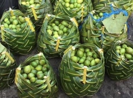 Indiase handelaren maken gebruik van manden van bananenblad